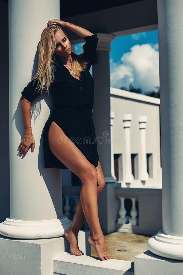 Hoog manierportret van elegante vrouw in zwarte kleding openlucht royalty-vrije stock afbeeldingen
