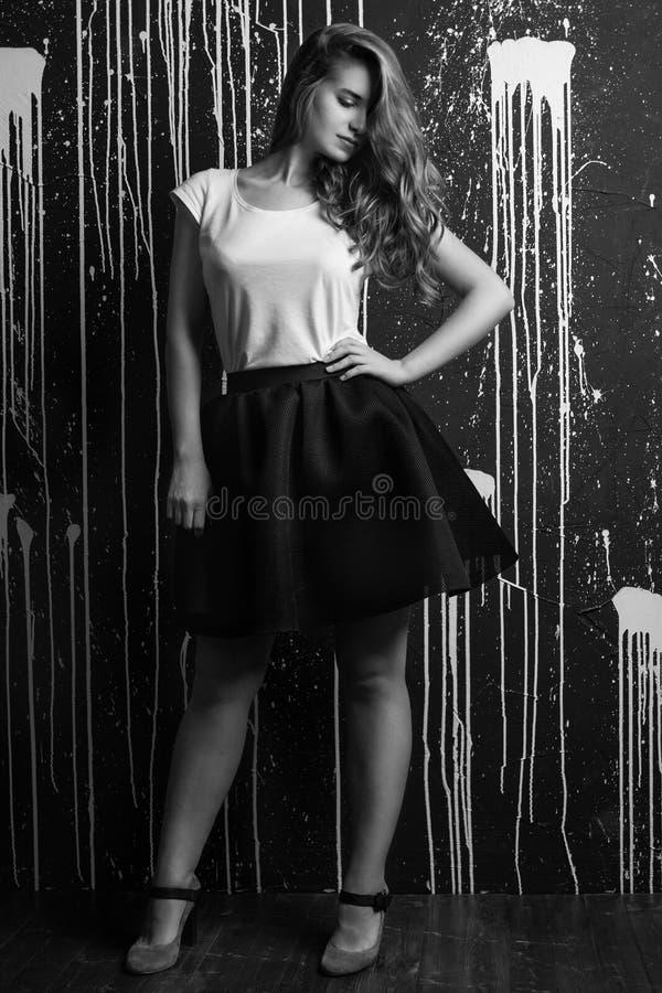 Hoog manierportret van jonge vrouw Zwart-wit beeld stock foto's