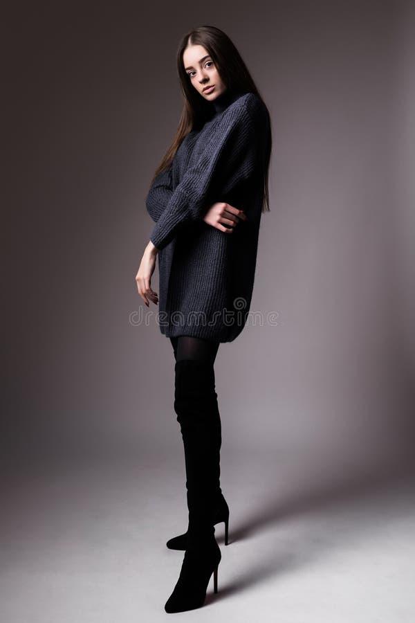 Hoog mannequinportret van elegant vrouwen Zwart achtergrondstudioschot stock foto's