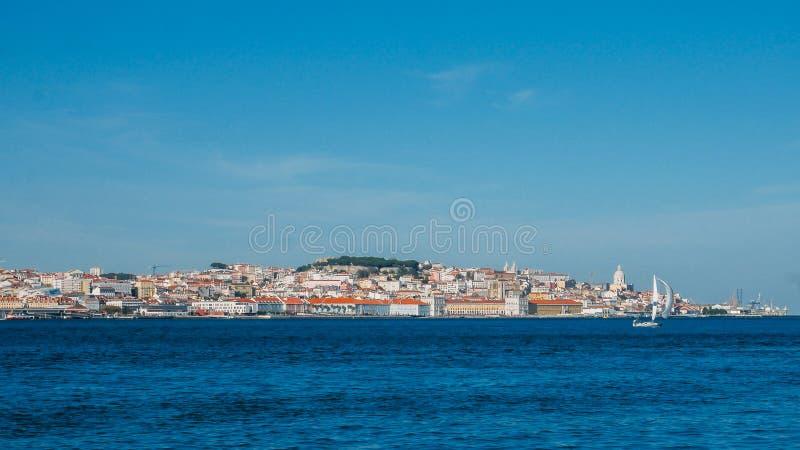 Hoog perspectiefpanorama van oud de stadscentrum van Lissabon, mening van Almada, Portugal stock foto