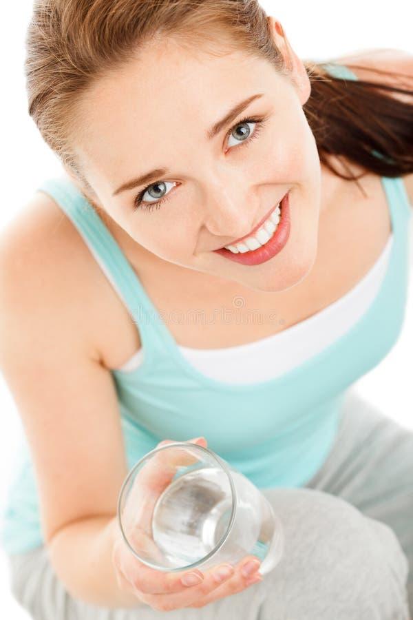 Hoog zeer belangrijk Portret van aantrekkelijke jonge isola van het vrouwen drinkwater stock afbeeldingen
