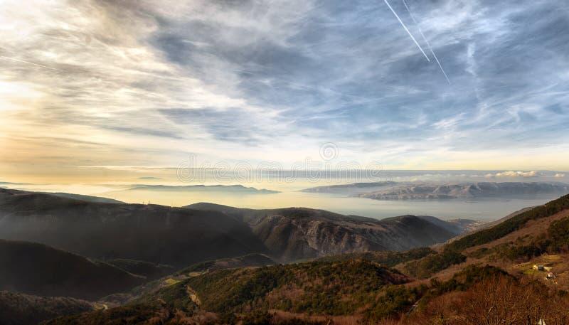 Hooggebergte in de kust van Kroatië royalty-vrije stock afbeeldingen