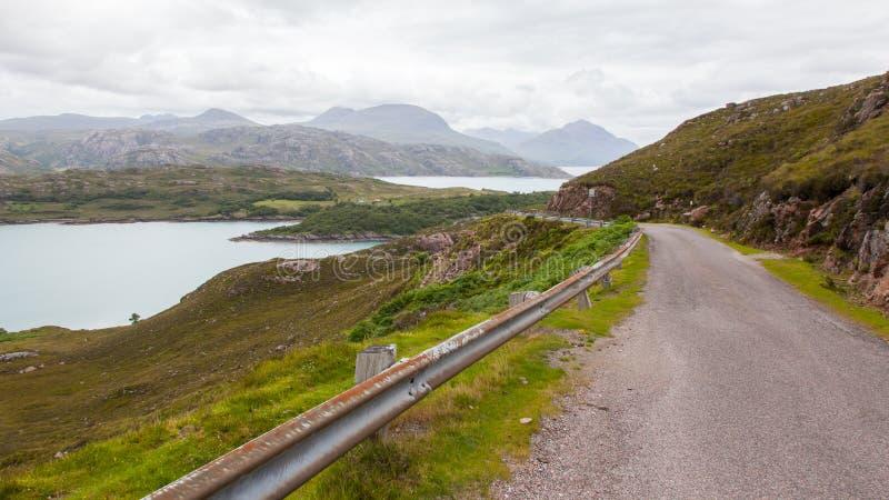 Hooglanden van de smalle weg van Schotland in berglandschap stock foto