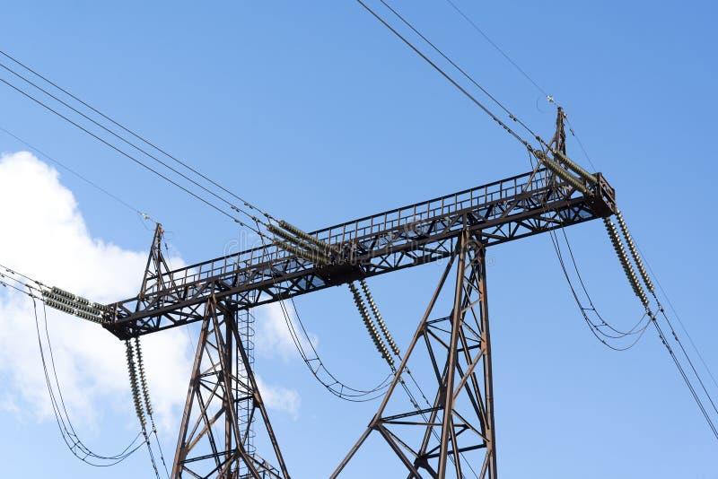 Hoogspannings posttoren Met hoog voltage De post van de elektriciteitsdistributie tegen blauwe hemelachtergrond royalty-vrije stock fotografie