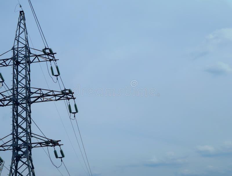 Hoogspanningspost om elektriciteit tegen de hemel over te brengen stock foto