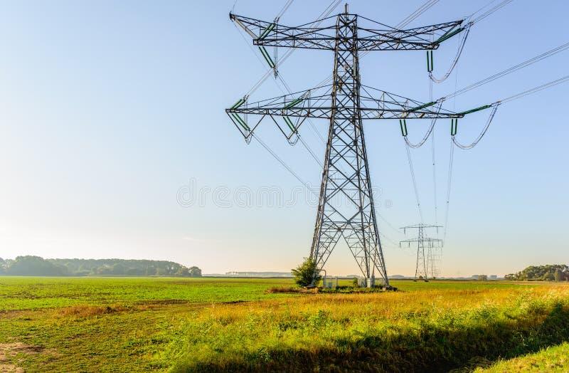Hoogspanningspylonen en kabels op een plattelandsgebied royalty-vrije stock foto's