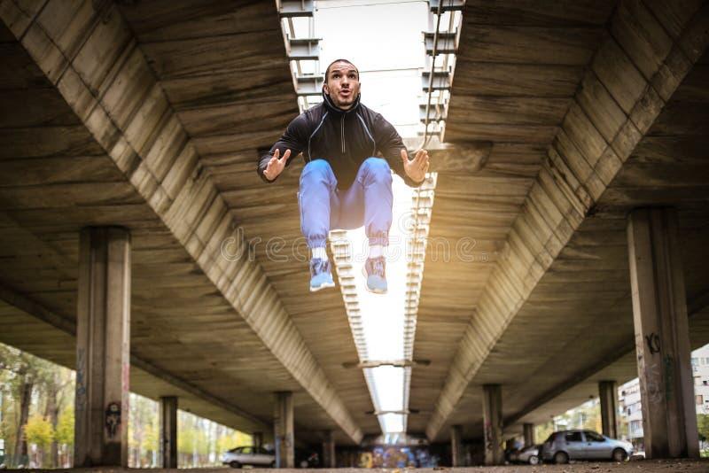 Hoogspringen Oefening onder brug stock foto's
