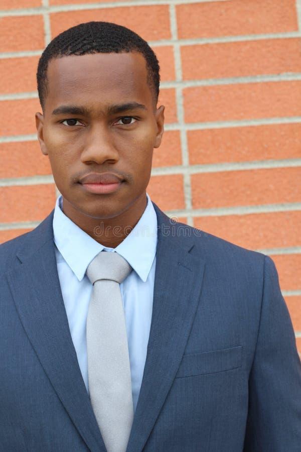 Hoogst gedetailleerd close-upportret van een jonge slimme succesvolle Afrikaanse bedrijfsmens stock afbeelding