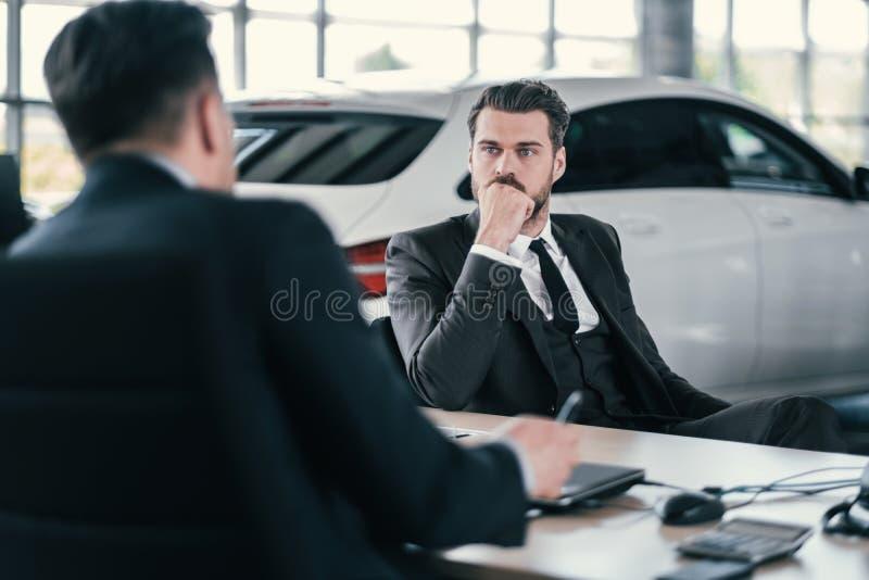 Hoogste afdelingschef en klant bij het handel drijventoonzaal stock foto