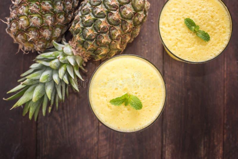 Hoogste ananas smoothie op houten lijst royalty-vrije stock afbeelding
