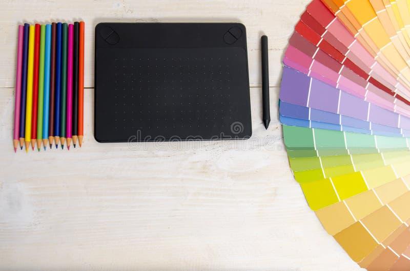 Hoogste de tabletpotloden van de meningstekening en kleurenpalet royalty-vrije stock foto