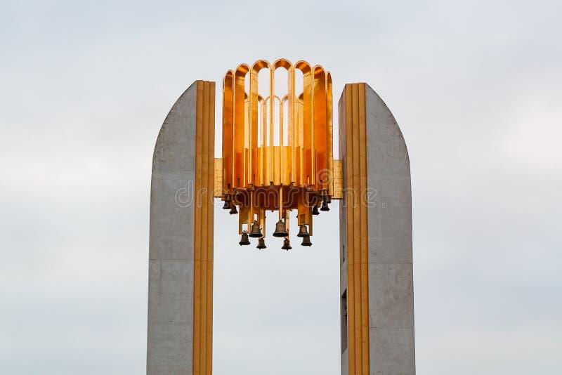 Hoogste deel van de carillon met de klokketoren op de Jachtbrug van Krestovsky-Eiland in St. Petersburg tegen de achtergrond stock fotografie