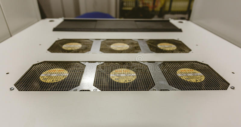 Hoogste dekking met koelers van netwerkserver in de ruimte van het gegevenscentrum royalty-vrije stock foto