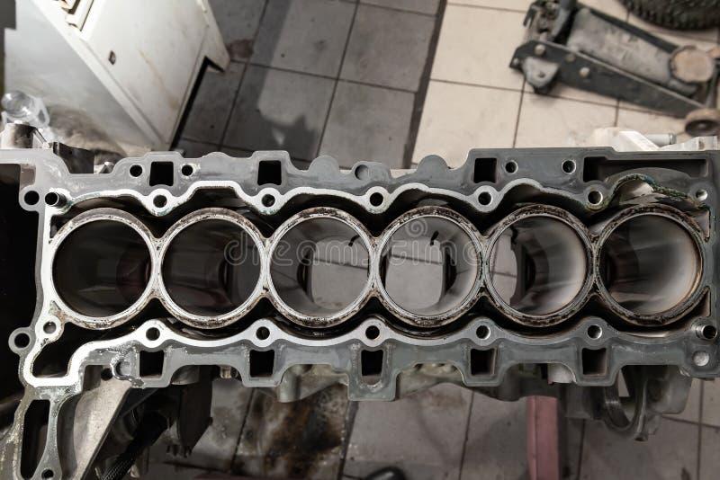 Hoogste die mening bij vervanging zes cilindermotor op een kraan opgezet voor installatie op een auto na een analyse en een repar royalty-vrije stock afbeelding