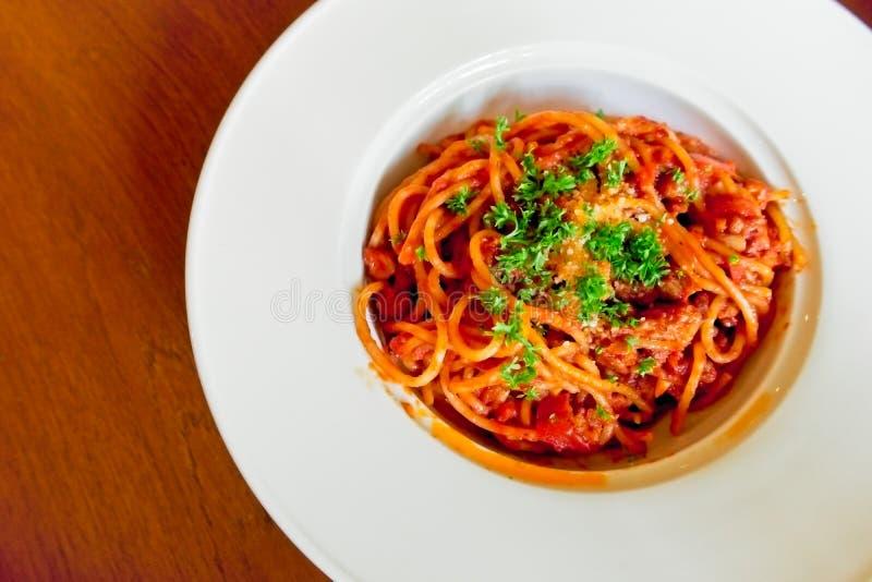 Hoogste die mening en exemplaarruimte, spaghetti Bolognese met geraspte die kaas wordt bedekt en op witte schotel wordt geplaatst royalty-vrije stock foto