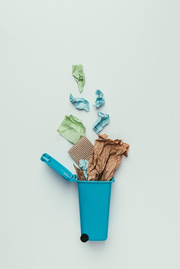 hoogste die mening van afvalbak met document huisvuil op grijs, recyclingsconcept wordt geïsoleerd stock afbeelding