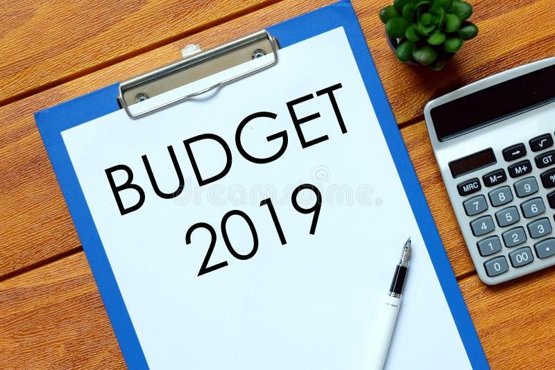 Hoogste die mening van calculator, installatie, pen en document met Begroting 2019 op houten achtergrond wordt geschreven Bedrijf royalty-vrije stock fotografie