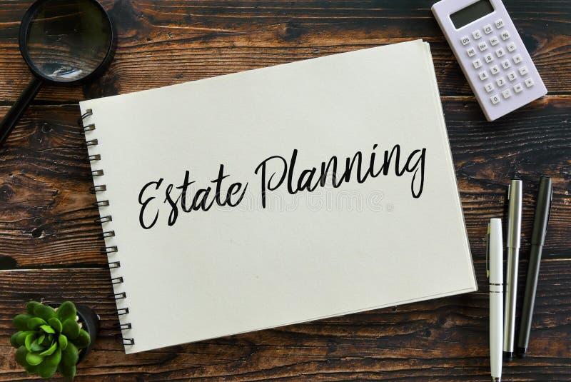Hoogste die mening van installatie, vergrootglas, calculator, pen en notitieboekje met Landgoed Planning wordt geschreven stock afbeelding