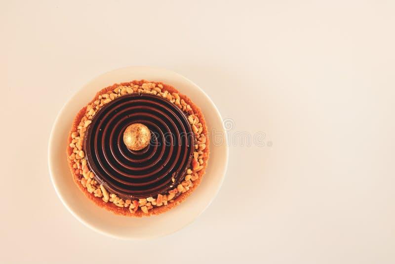 Hoogste die mening van tartlet met karamel met chocolade wordt behandeld royalty-vrije stock afbeelding