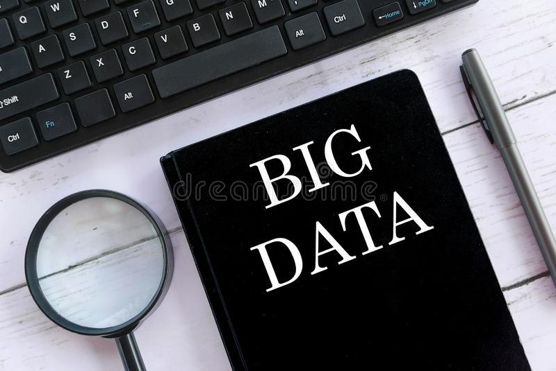 Hoogste die meningsvergrootglas, toetsenbord, pen en notitieboekje met Big Data wordt geschreven stock foto's