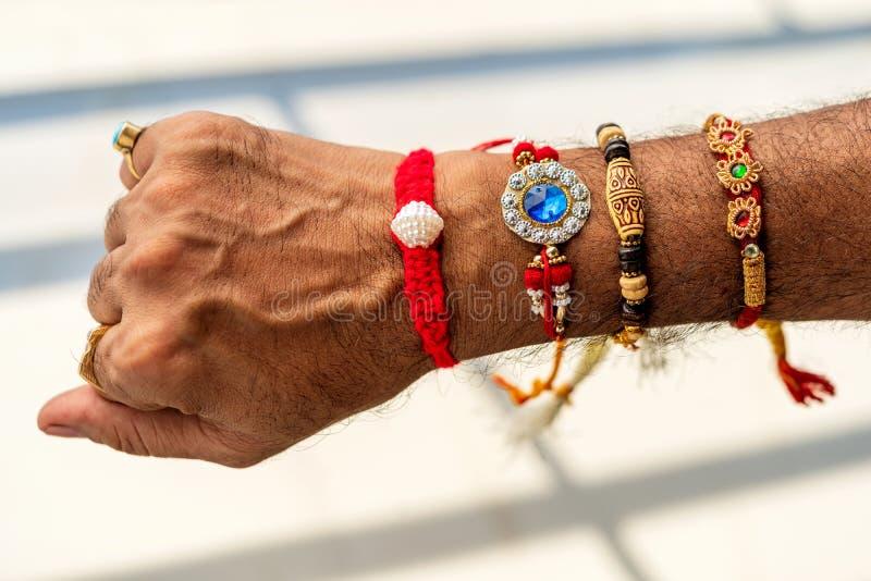Hoogste die Weergeven van een Man Hand met Rakhi wordt behandeld royalty-vrije stock afbeeldingen