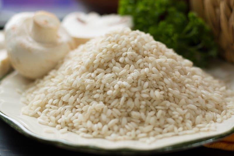 Hoogste Italiaans voedsel - ingrediënten voor risotto met paddestoelen royalty-vrije stock foto