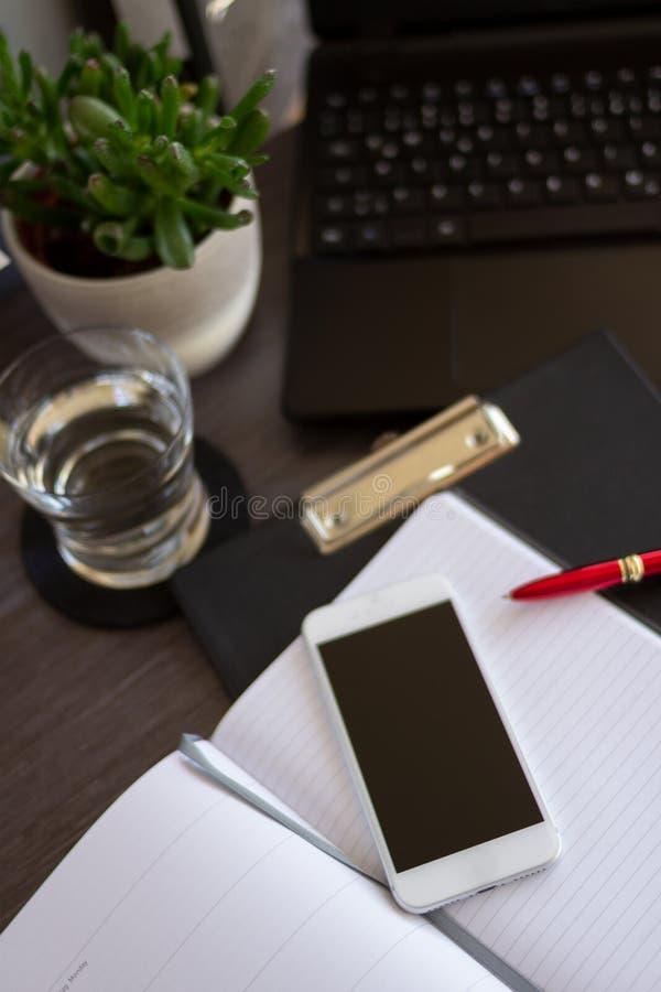 Hoogste kijkkantoor met smartphone en papieren laptop in de buurt Innovatief kantoorconcept met kopieerruimte royalty-vrije stock foto's