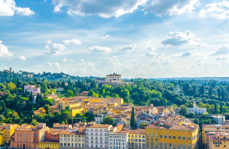 Hoogste luchtpanorama van Forte Di Belvedere en groene heuvels van Arcetri-dorp, rij van gebouwen, Florence, Italië royalty-vrije stock fotografie