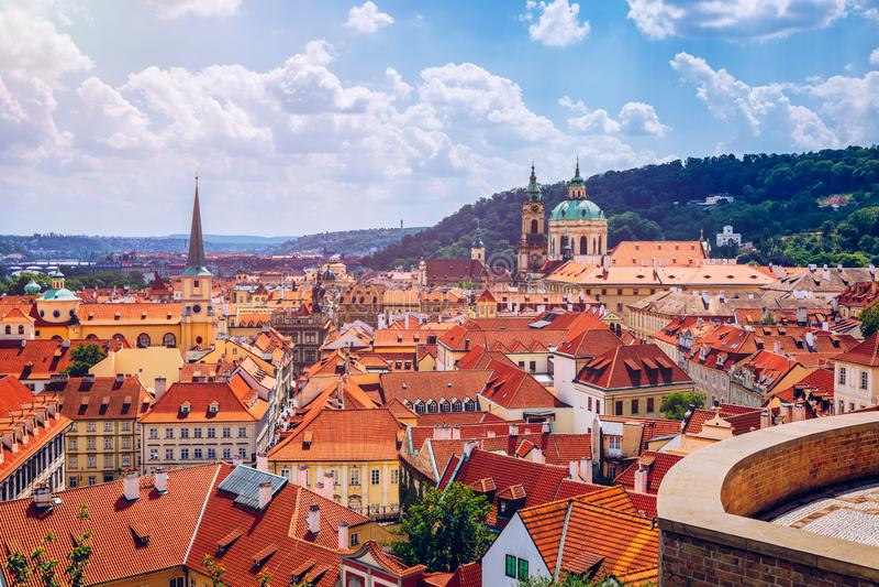 Hoogste mening aan rode dakenhorizon van de stad van Praag, Tsjechische Republiek Satellietbeeld van de stad van Praag met de teg royalty-vrije stock fotografie