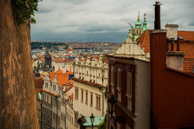 Hoogste mening aan rode dakenhorizon van de stad van Praag, Tsjechische Republiek Satellietbeeld van de stad van Praag met de teg royalty-vrije stock afbeeldingen