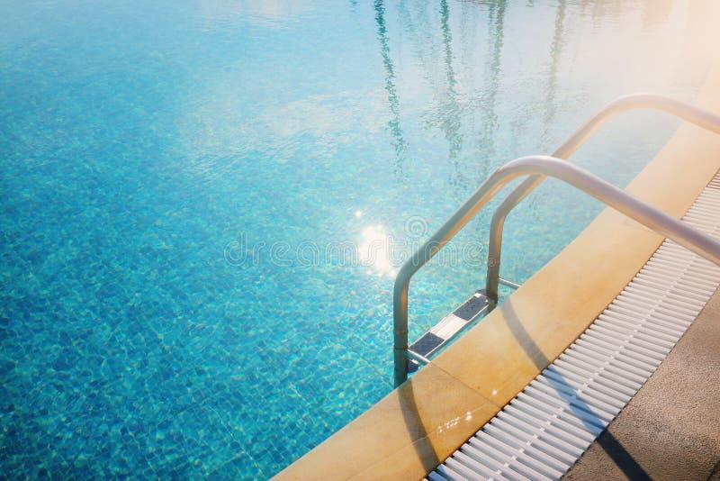 Hoogste mening als achtergrond van zwembad met trede stock afbeelding