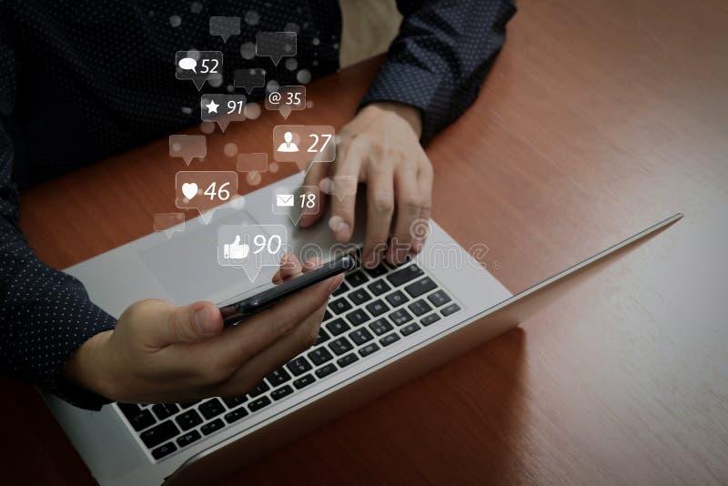 hoogste mening, bedrijfsmensenhand die slimme telefoon, laptop, online bank met behulp van royalty-vrije stock fotografie