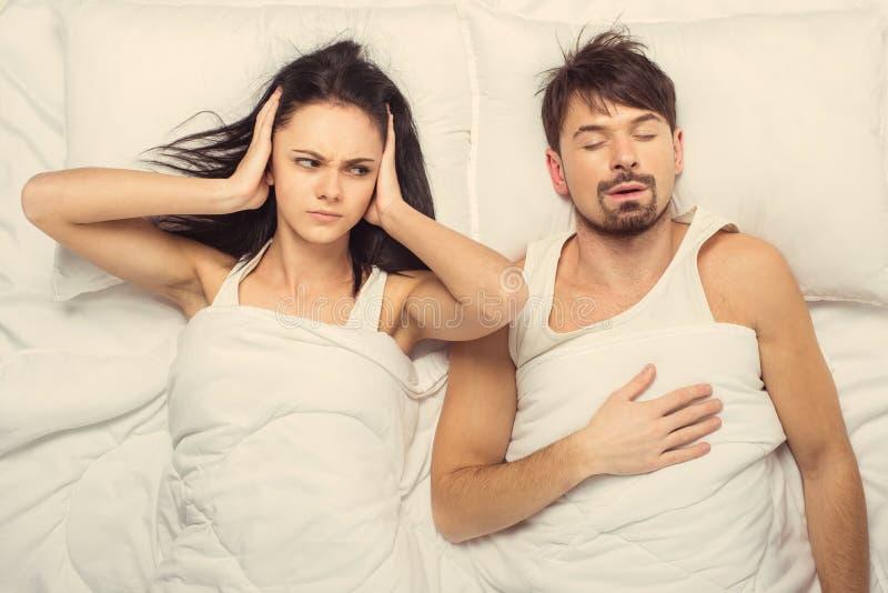 Hoogste mening Boze vrouw die in slaap daling proberen stock afbeeldingen