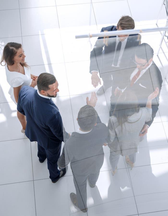 Hoogste mening collega's die elkaar een hoogte vijf geven stock afbeeldingen