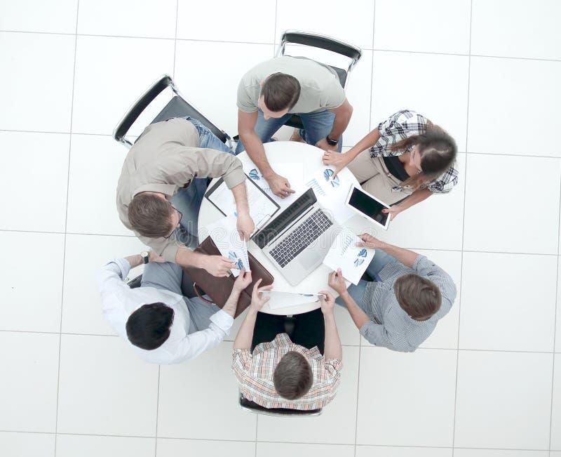Hoogste mening commercieel team die een financieel verslag maken royalty-vrije stock afbeeldingen