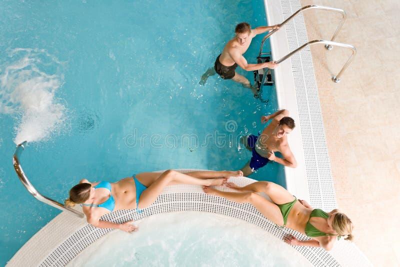 Hoogste mening - de jonge mensen ontspannen in zwembad royalty-vrije stock foto