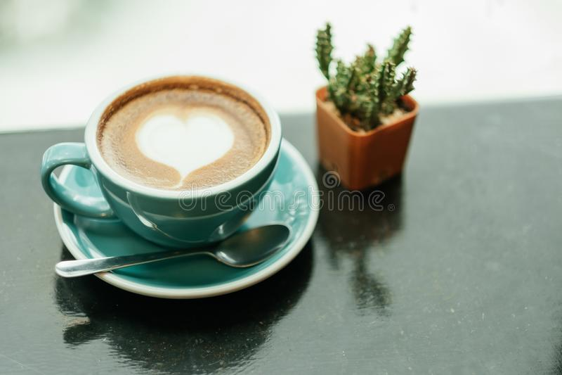 Hoogste mening de kop met koffie heeft een hartvorm op bovenkant en cactus pl royalty-vrije stock foto