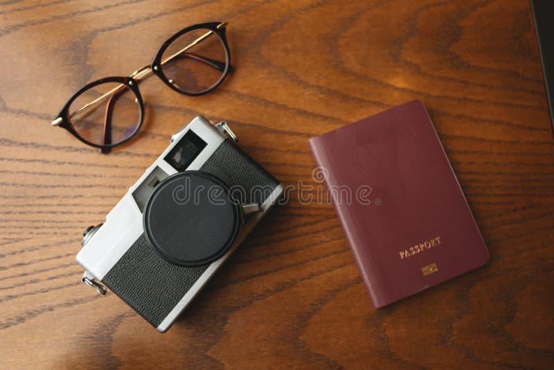 Hoogste mening de reistoebehoren hebben retro camera, paspoort en gla royalty-vrije stock afbeeldingen