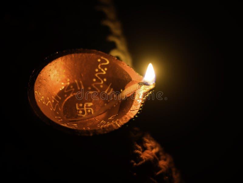 Hoogste mening die van de lamp van de kleiolie, Diya wordt geschoten die voor decoratie ter gelegenheid van diwalifestival wordt  stock afbeelding