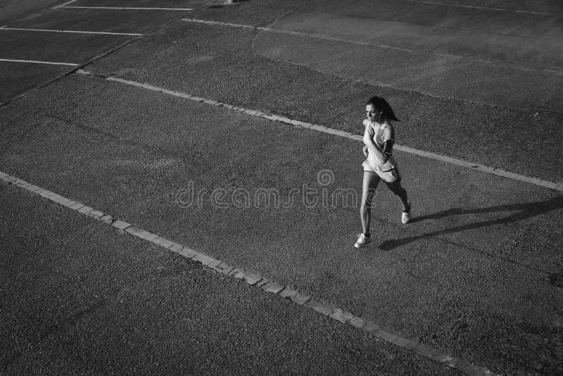 Hoogste mening die van vrouw op stedelijk asfalt lopen royalty-vrije stock fotografie
