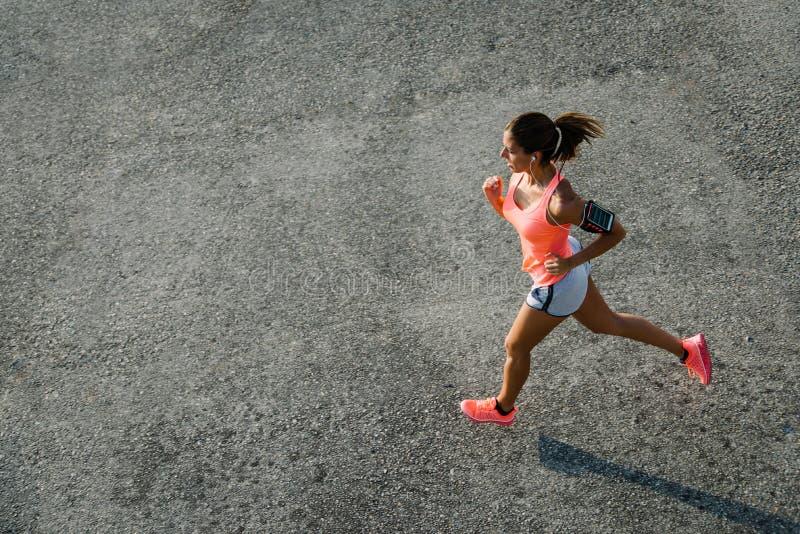 Hoogste mening die van vrouw op stedelijk asfalt lopen royalty-vrije stock foto's