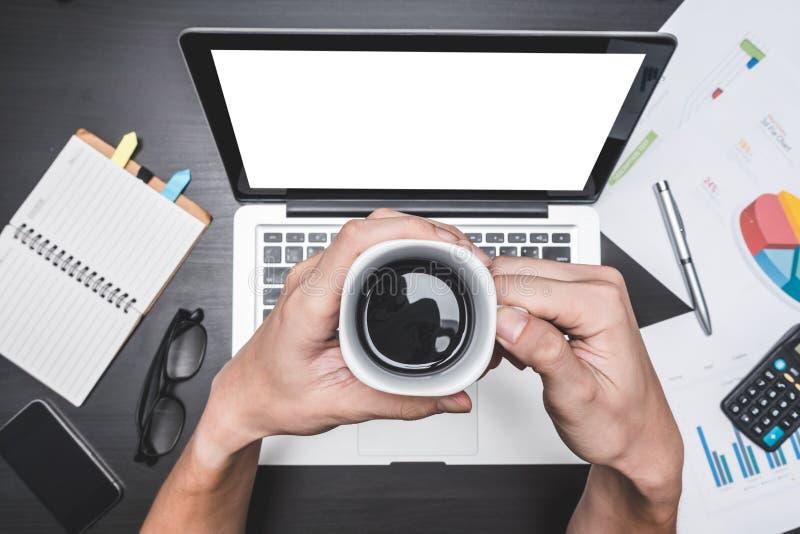 Hoogste mening die van werkplaats met Laptop en document, Mannelijke handen een kop van koffie, Concepten voor bedrijfsanalyse ho royalty-vrije stock afbeelding