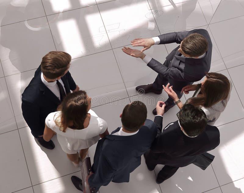 Hoogste mening een groep bedrijfsmensen die problemen bespreken royalty-vrije stock afbeelding