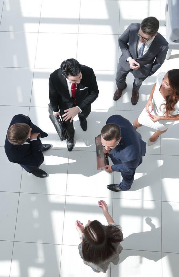 Hoogste mening een groep bedrijfsmensen die zich op een marmeren vloer bevinden royalty-vrije stock afbeelding