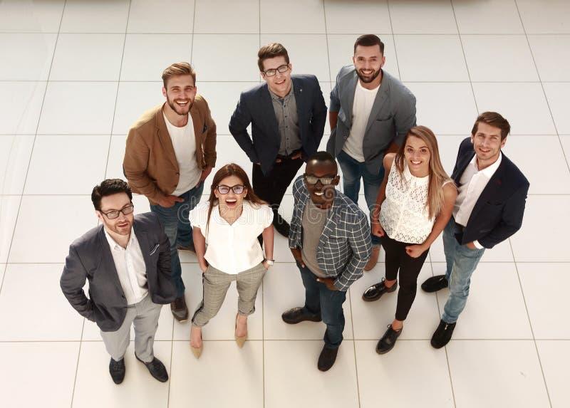 Hoogste mening een groep creatieve jongeren die zich in het bureau bevinden royalty-vrije stock fotografie