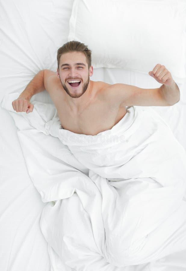 Hoogste mening gelukkige mensenontwaken in een comfortabel bed royalty-vrije stock foto's