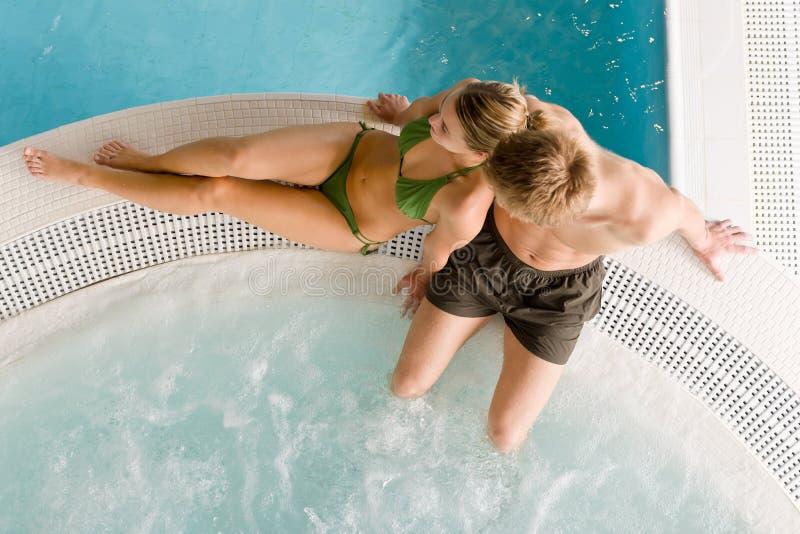 Hoogste mening - het jonge paar ontspant in zwembad stock afbeeldingen