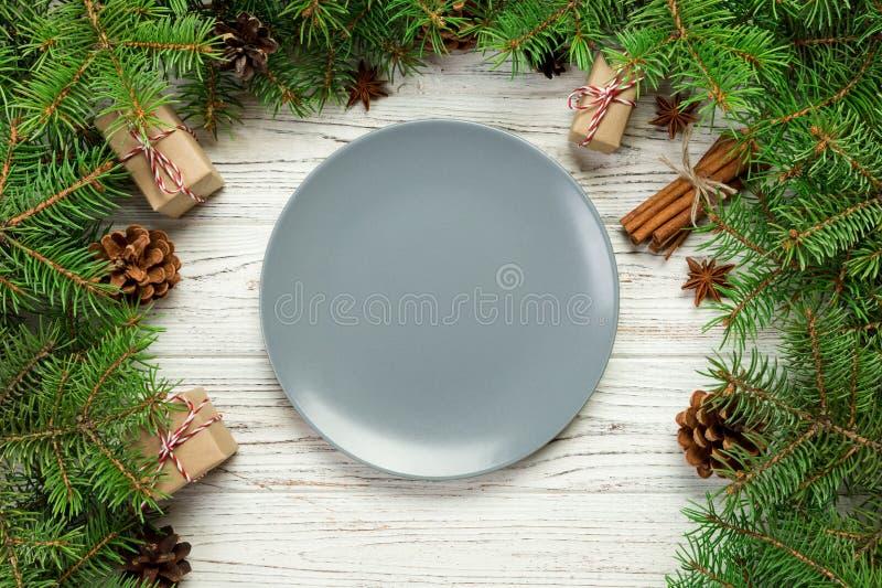 Hoogste mening Lege plaat om ceramisch op houten Kerstmisachtergrond de schotelconcept van het vakantiediner met nieuw jaardecor royalty-vrije stock foto's