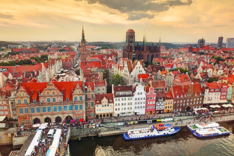 Hoogste mening over de oude stad van Gdansk en Motlawa-rivier, Polen bij zonsondergang stock foto
