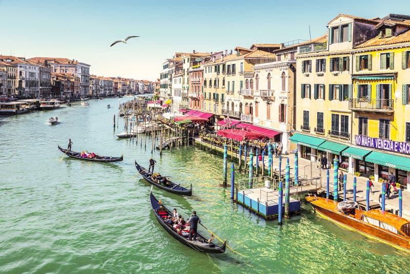 Hoogste mening over het Grote kanaal en de gondels met toeristen, Venetië stock foto's